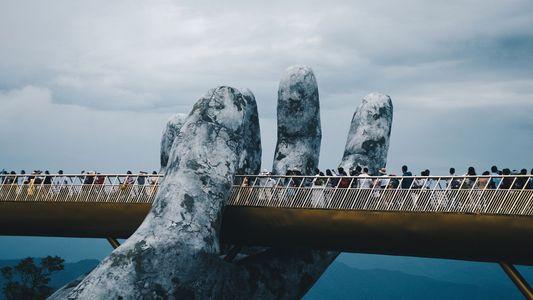 Las manos gigantes que sostienen el nuevo puente dorado de Vietnam