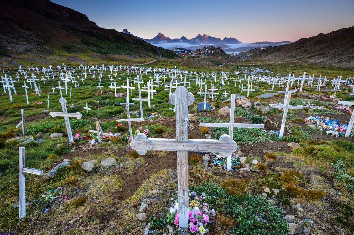 Cruces de madera y flores brillantes decoran un cementerio en las afueras de Tasiilaq, Groenlandia.