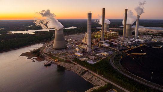 Vapor y humo que salen de las torres de enfriamiento y las chimeneas de una planta ...
