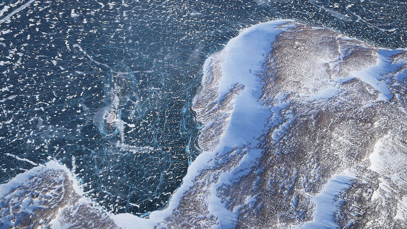 El hielo marino entra en contacto con la tierra en esta imagen de Groenlandia tomada desde ...