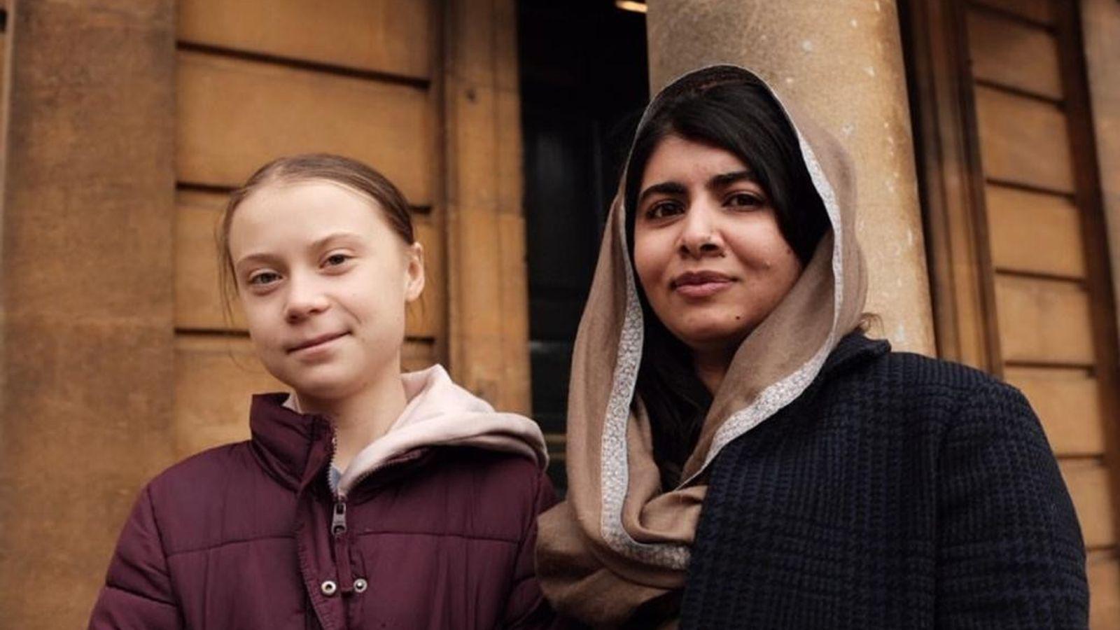 La activista por el cambio climático Greta Thunberg junto a Malala Yousafzai, defensora del derecho a ...