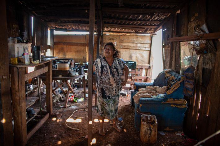 Élida de Oliveira en su casa en Ñu Vera, donde dio a luz a su hijo ...