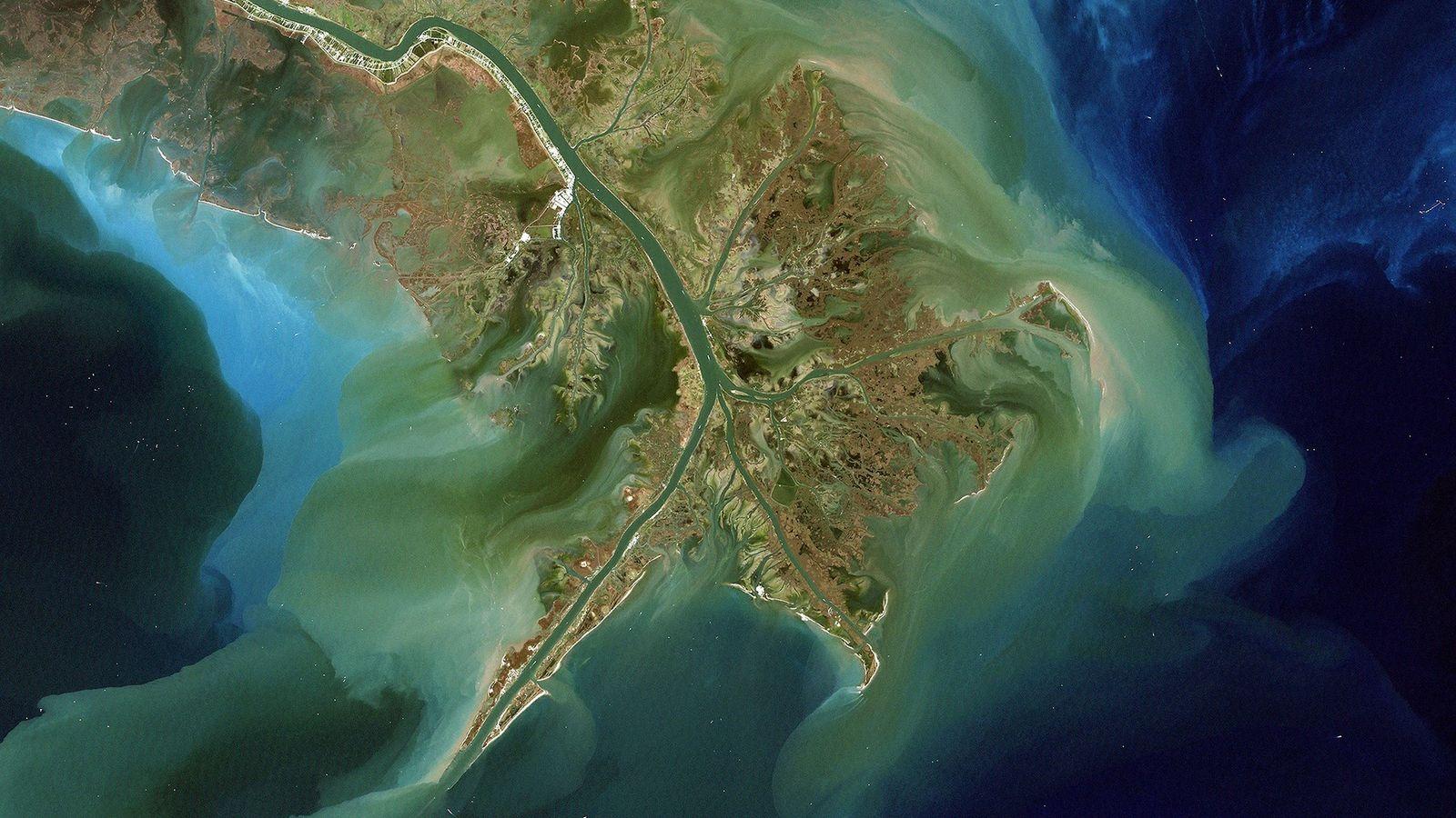 Visto desde arriba, el río Mississippi transporta sedimentos al Golfo de México. Ese sedimento a menudo ...
