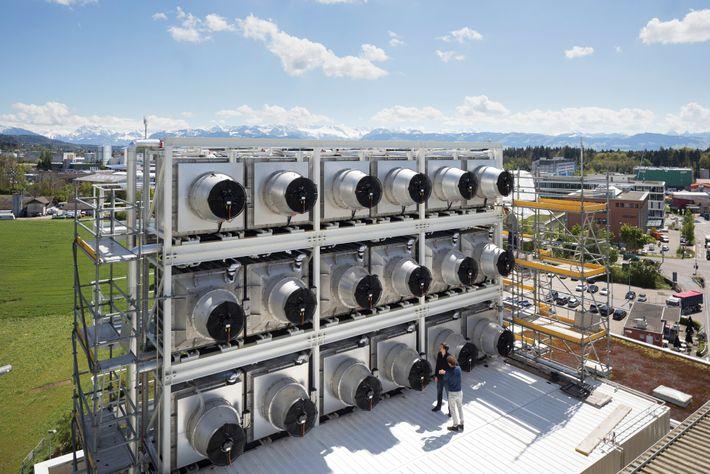 En Hinwil, Suiza, Climeworks ha construido una central de captura de carbono alimentada mediante un incinerador ...