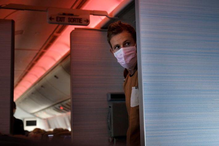 Un pasajero con mascarilla en un vuelo entre Vancouver, Canadá y Sydney, Australia. Algunas aerolíneas han ...
