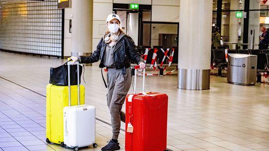 Una pasajera camina por el aeropuerto Schiphol de Amsterdam el 13 de mayo de 2020. La ...