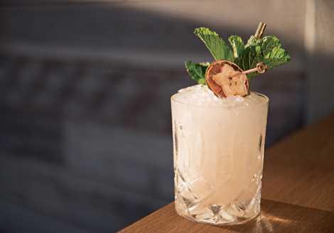 En el restaurante hawaiano Lineage, en la isla de Maui, los camareros mezclan un apetecible mai ...