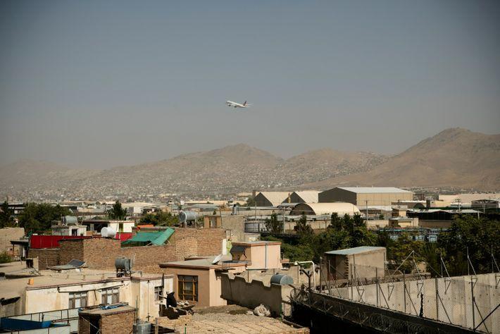 Un avión de Turkish Airlines despega del Aeropuerto Internacional Hamid Karzai de Kabul el 15 de ...