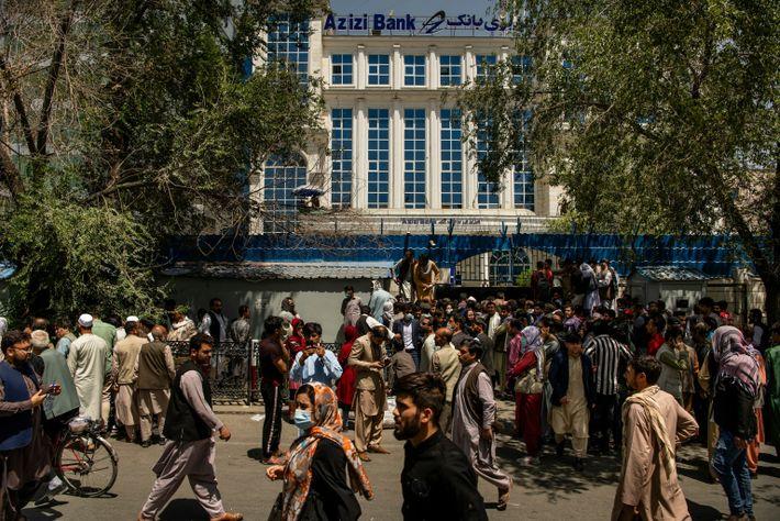 El 15 de agosto de 2021, la gente se agolpó frente al Banco Azizi en Shahre ...