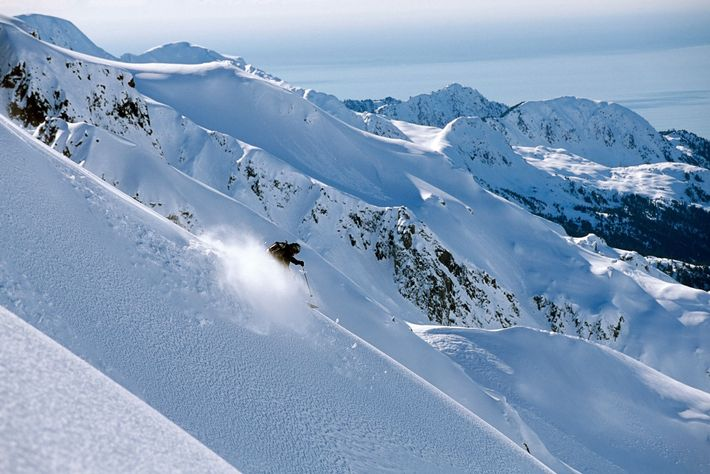 Un esquiador de fondo desciende por la cordillera de la bahía Resurrección, en Alaska.