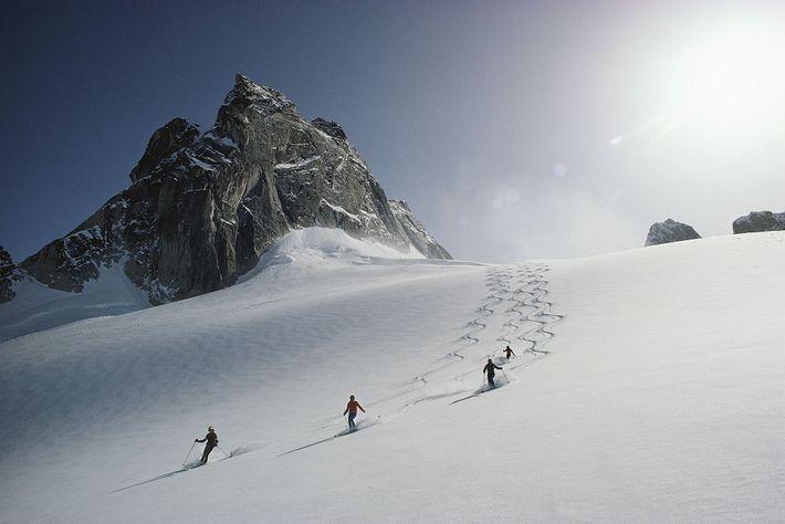 Unos esquiadores descienden por el glaciar Vowel, en el área de esquí de la cordillera Bugaboos, ...