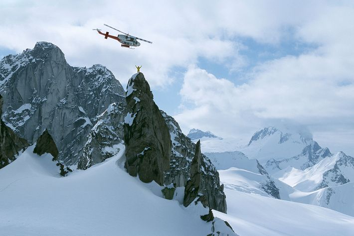 Un guía de heliesquí sobre Osprey Spire en las montañas Purcell, Canadá.