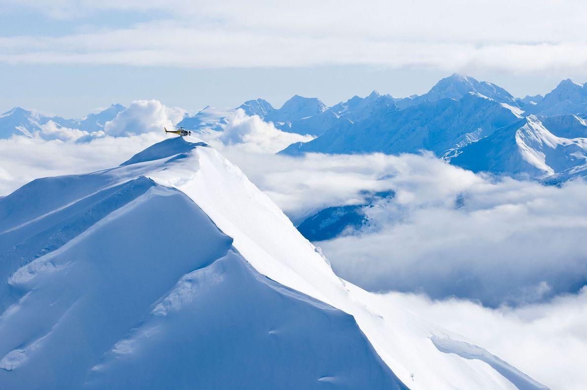 Un helicóptero aterriza sobre un pico de las montañas Chilkat en Haines, Alaska.