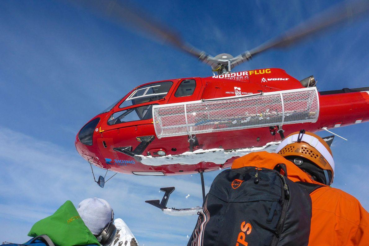 Un helicóptero se aleja tras dejar a los heliesquiadores en la península de los Trolls, Islandia.