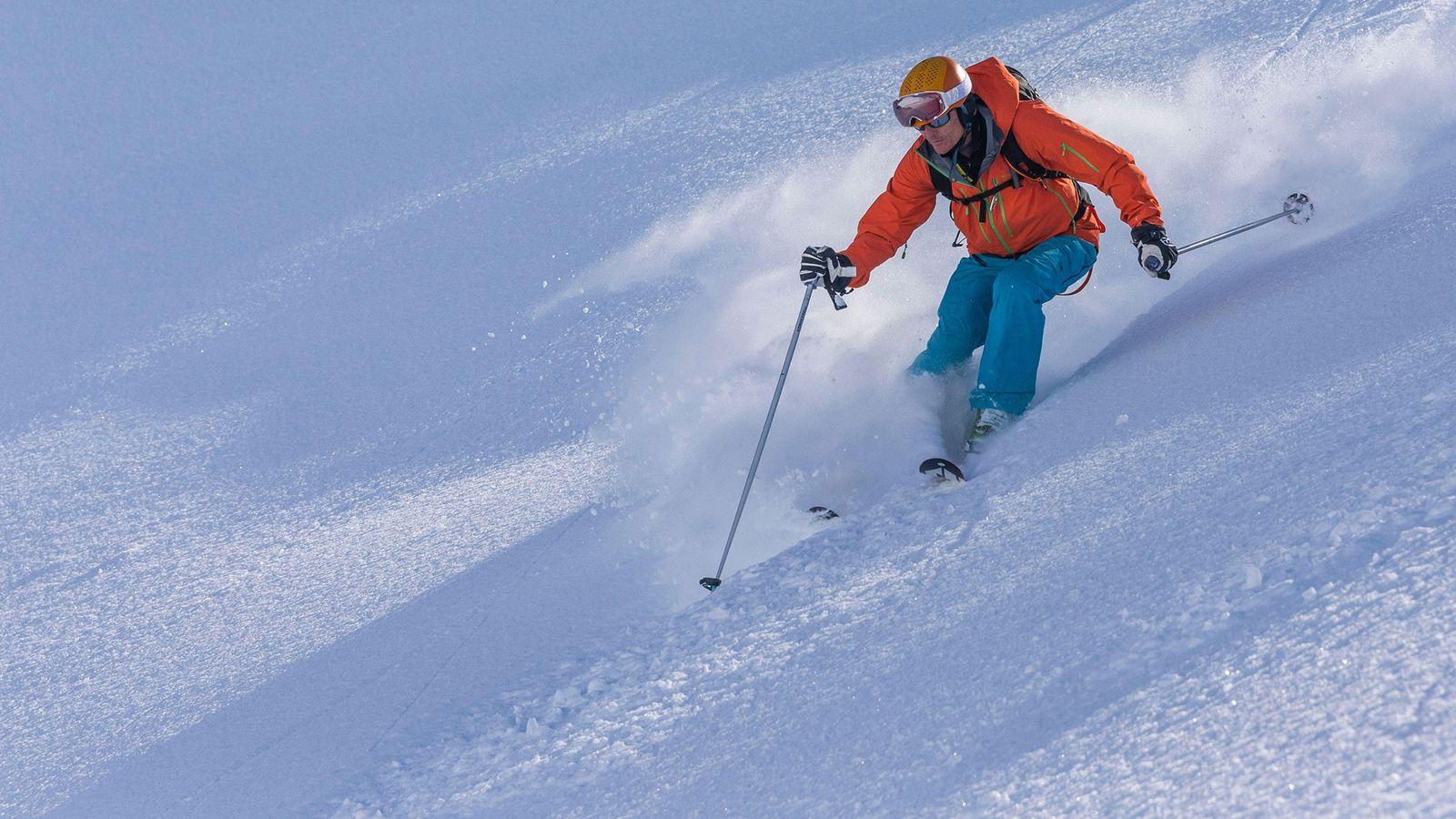 La nieve sale volando tras un esquiador en la península islandesa de los Trolls.