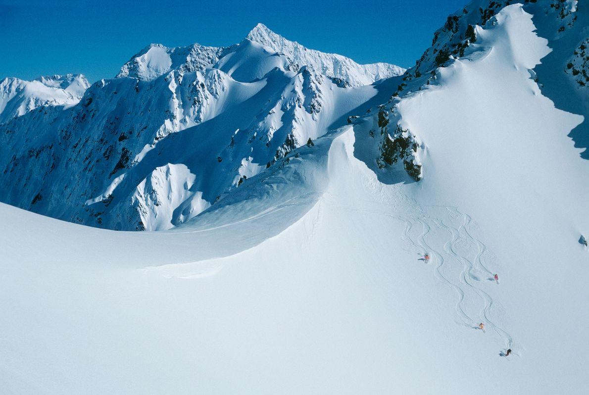 Unos heliesquiadores descienden por la cordillera de Rakaia, en los Alpes del Sur de Nueva Zelanda.