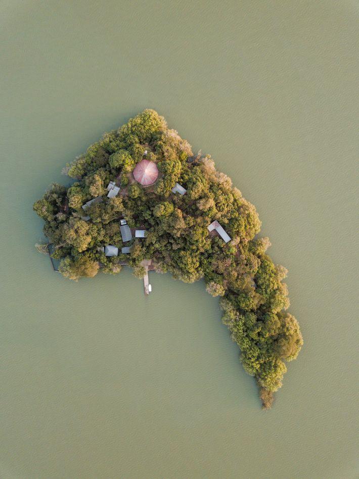 La iglesia Entos Eyesus y su bosque llenan la pequeña isla en el medio del lago ...