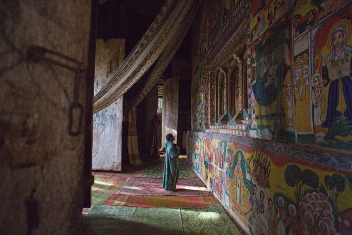 El santuario de la iglesia de Ural Kidane está decorado con pinturas narrativas ornamentadas muy elaboradas ...