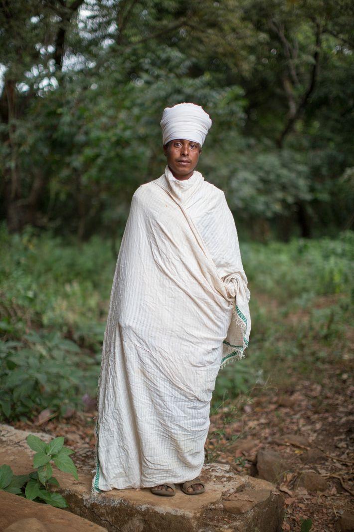 Un sacerdote de la iglesia de Robit Bahita, cerca de Bahir Dar, posa para un retrato.