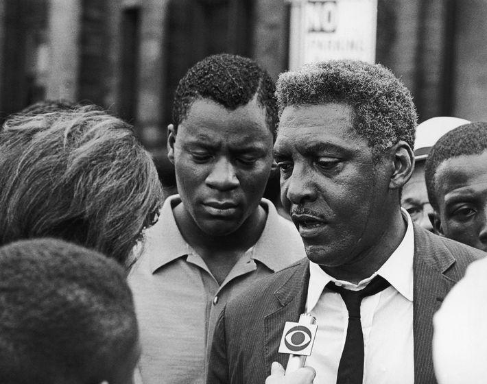 El activista por los derechos civiles afroamericanos Bayard Rustin habla con un periodista durante los disturbios ...