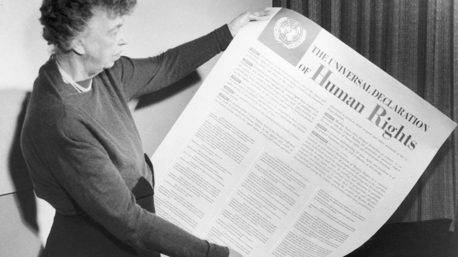 Eleanor Roosevelt sostiene una copia de la Declaración Universal de los Derechos Humanos en 1946. Roosevelt ...