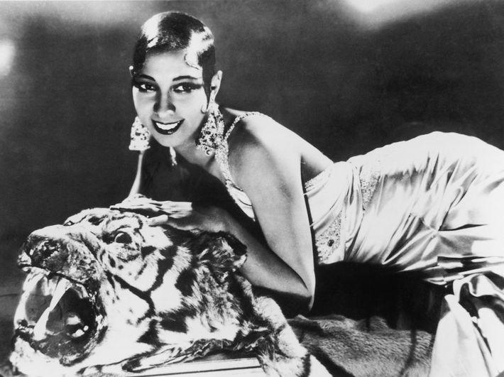 La cantante y bailarina Josephine Baker sobre una alfombra de tigre, con un vestido de noche ...