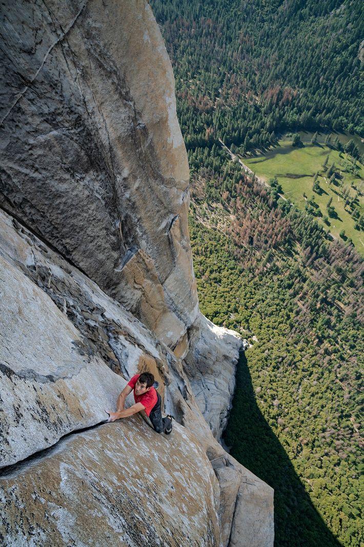 Con el valle de Yosemite de California a sus pies, Alex Honnold escala en solo integral ...