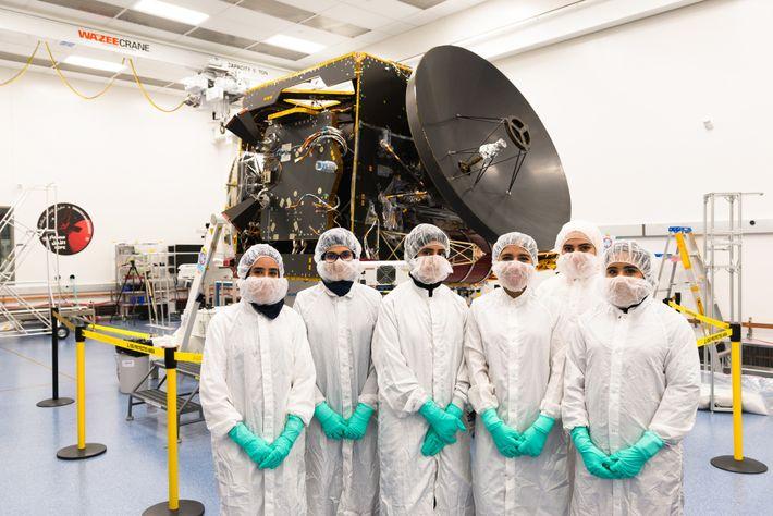 Los miembros del equipo de Emirates Mars Mission (EMM) posan para una foto frente a la ...