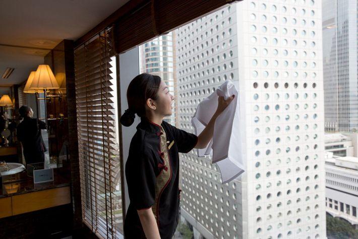 Muchas habitaciones de hotel, como esta del Mandarin Oriental Hotel de Hong Kong, se limpian de ...