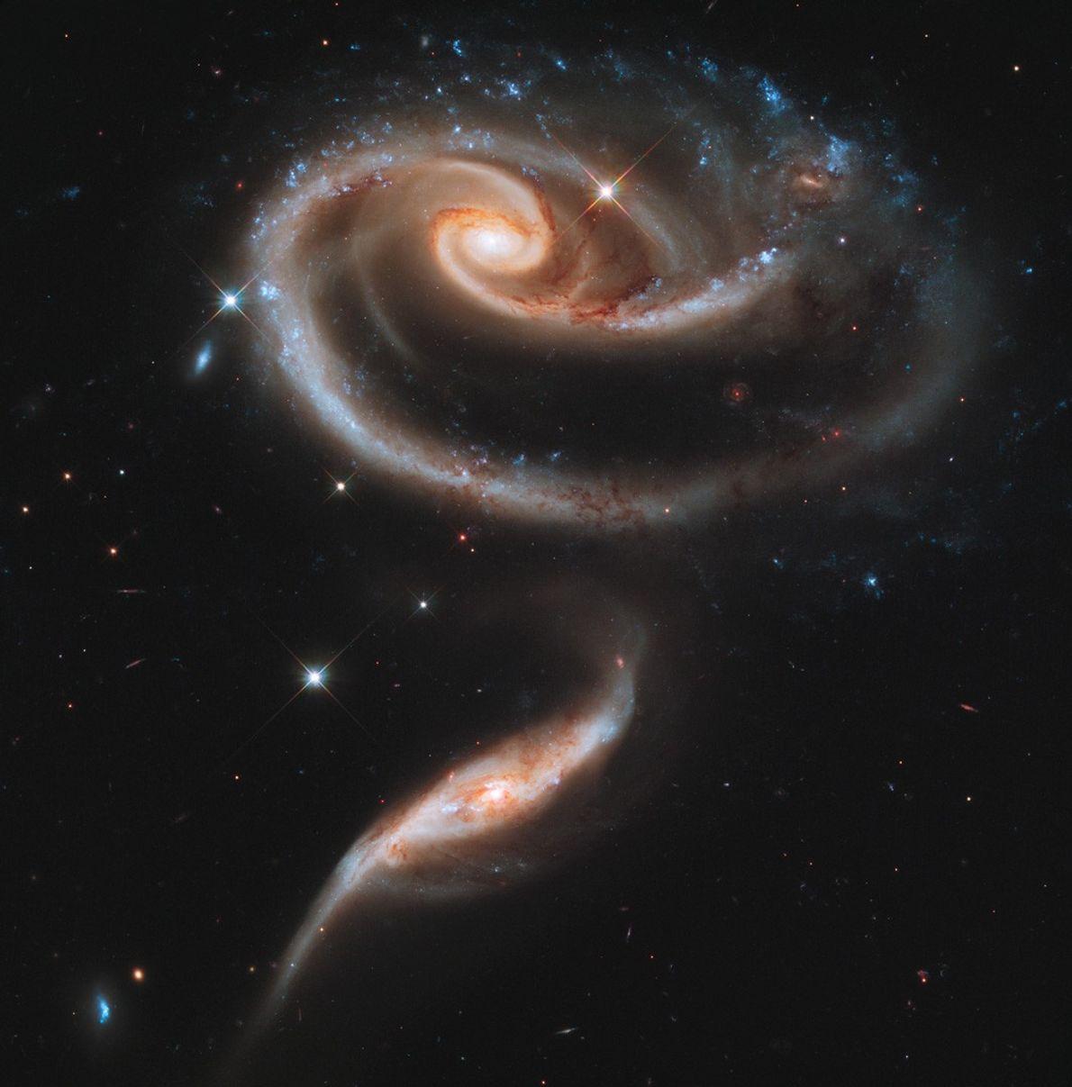 La interacción de sus fuerzas gravitatorias inclina dos galaxias espirales, conocidas como Arp 273, a medida ...