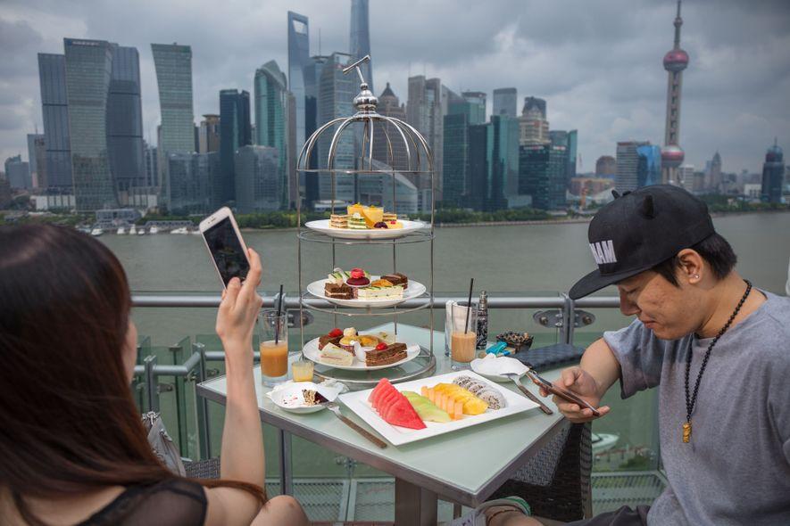 Una pareja disfruta el té de la tarde en un hotel de lujo en Shanghai con ...