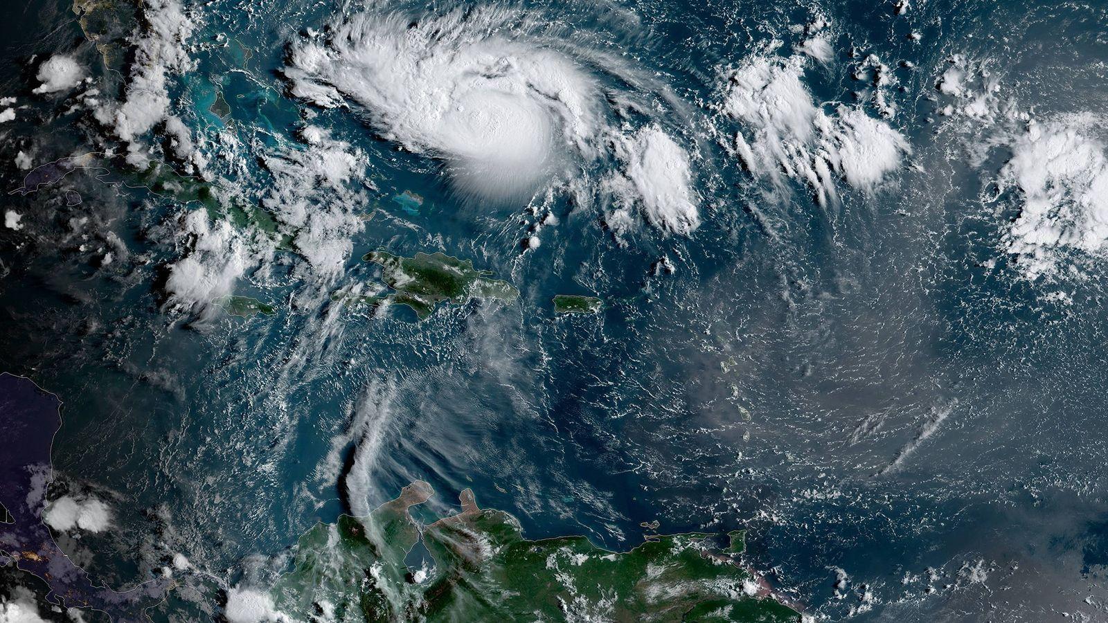 El huracán Dorian visto desde el visor de imágenes GOES de NOAA temprano en la mañana ...