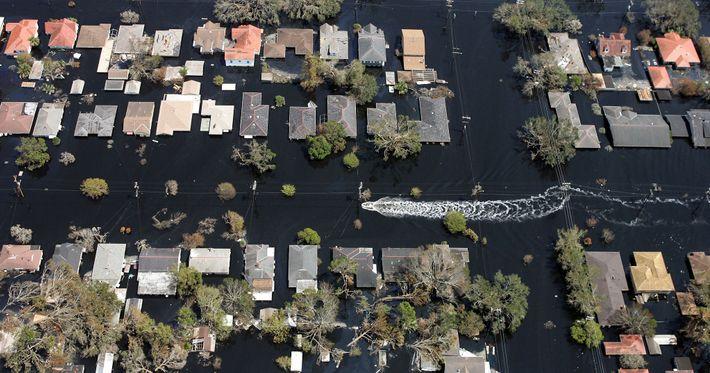 Un bote navega por un vecindario inundado como consecuencia del huracán Katrina, el 11 de septiembre ...
