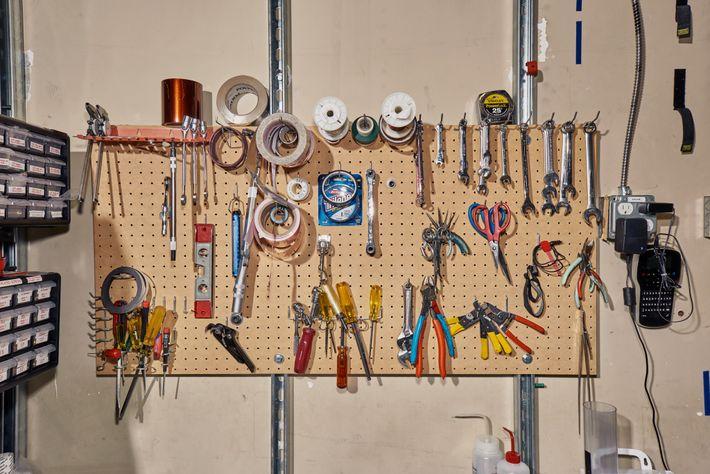 Varias herramientas y suministros en la sala limpia del laboratorio.