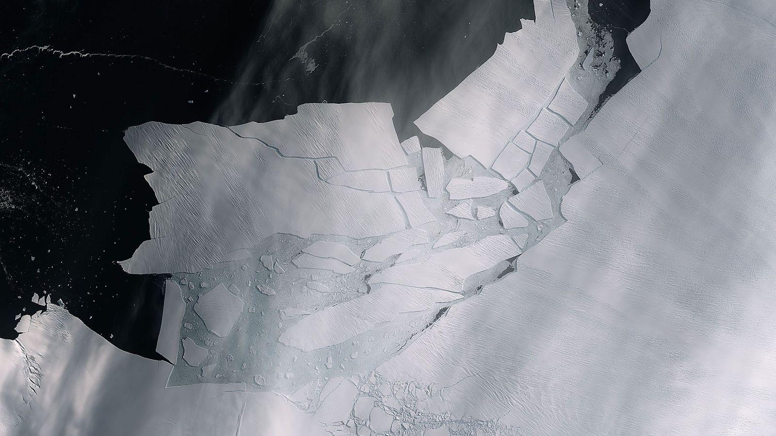 Esta imagen muestra dos grietas en el glaciar Pine Island vistas desde el satélite Copernicus Sentinel-2 ...