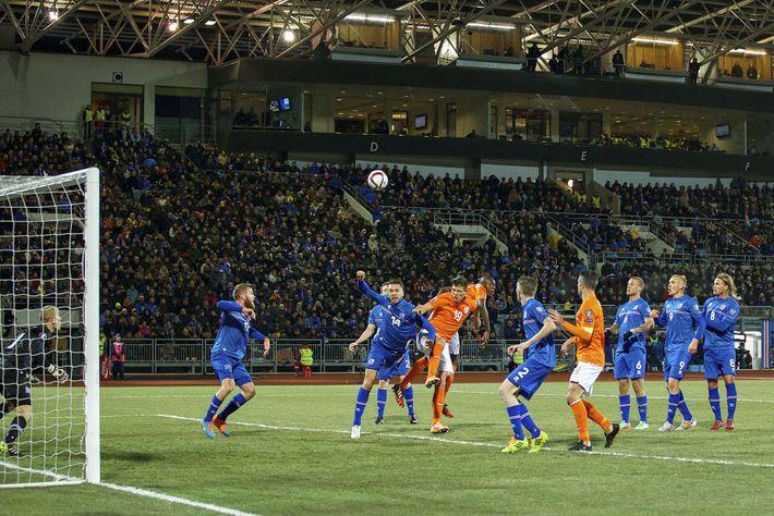 Islandia juega contra los Países Bajos durante un partido de clasificación para la Eurocopa de 2016 ...