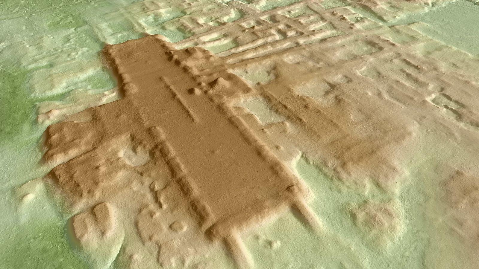 Una imagen en 3D de la plataforma monumental en Aguada Fénix (en marrón oscuro). La estructura, ...