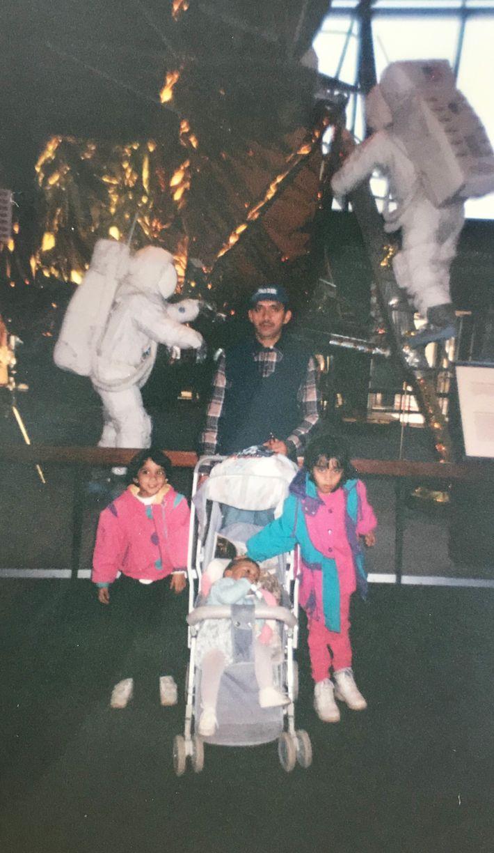 """""""Mis dos hermanas también trabajan en la ciencia"""", dice Alam. En esta foto, tomada en 1995 ..."""