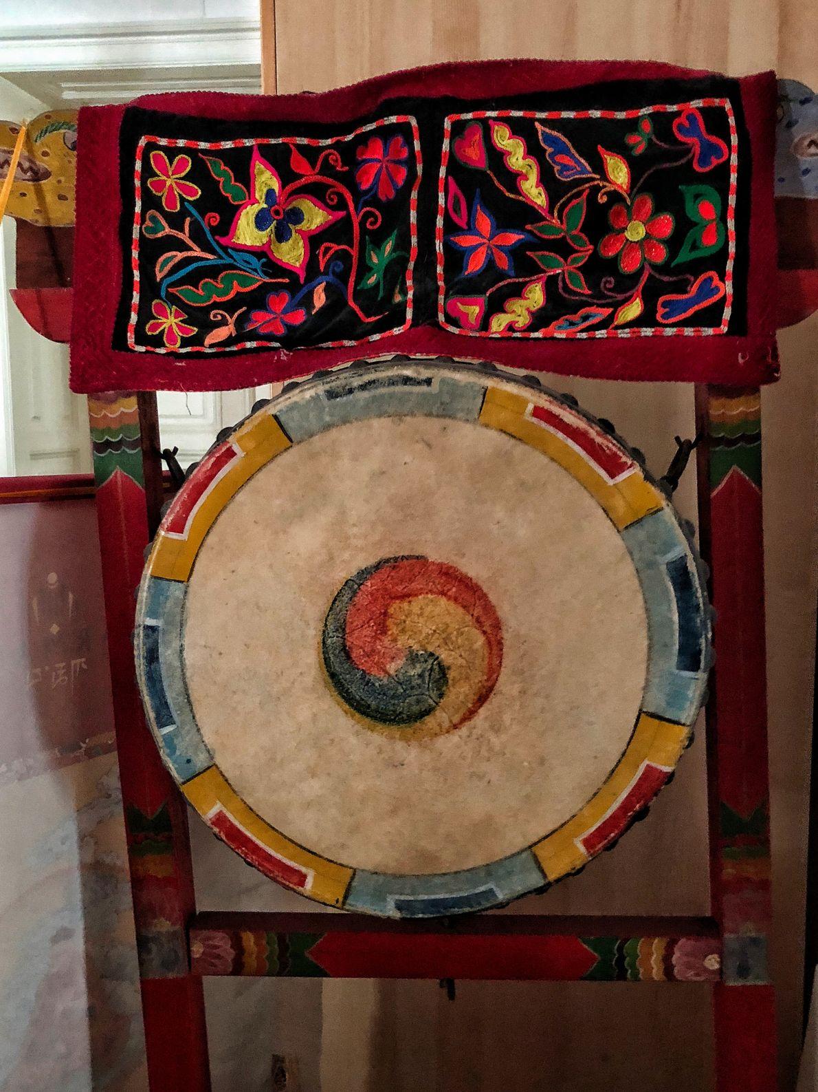 En la casa de Hiah Park en Viena, Gaby fotografía uno de sus tambores chamánico que ...
