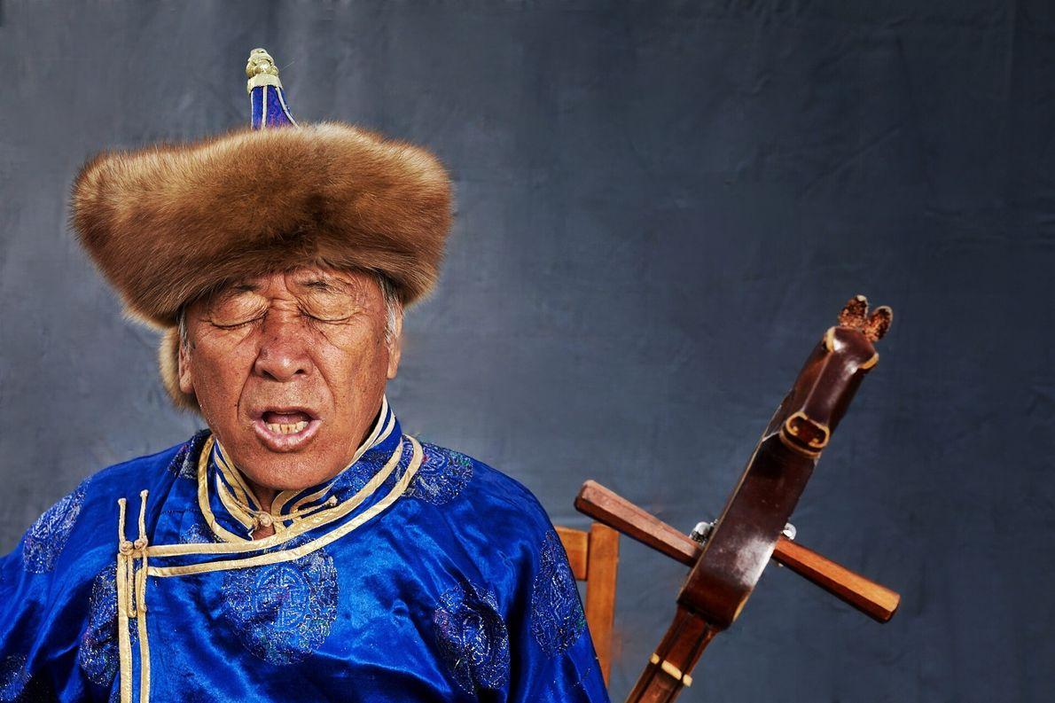 """Nikolay Oorsak, Chamán Siberiano maestro del """"Khoomei"""", el canto gutural más popular entre los tuvanos. El ..."""