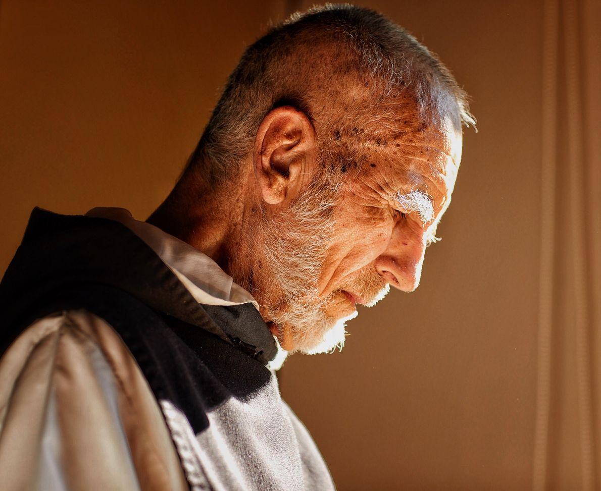 Gaby Herbsteiny su equipo viajan hacia la llanura pampeana al encuentro de un luminoso sacerdote benedictino ...