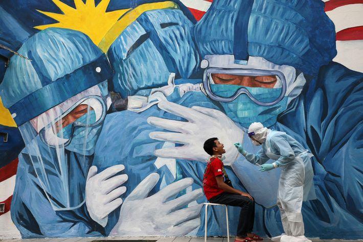 Un médico realiza un hisopado a un hombre para la prueba de la COVID-19 frente a ...