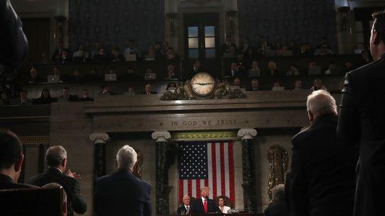 El presidente de los Estados Unidos, Donald Trump, en el centro, pronuncia un discurso sobre el ...