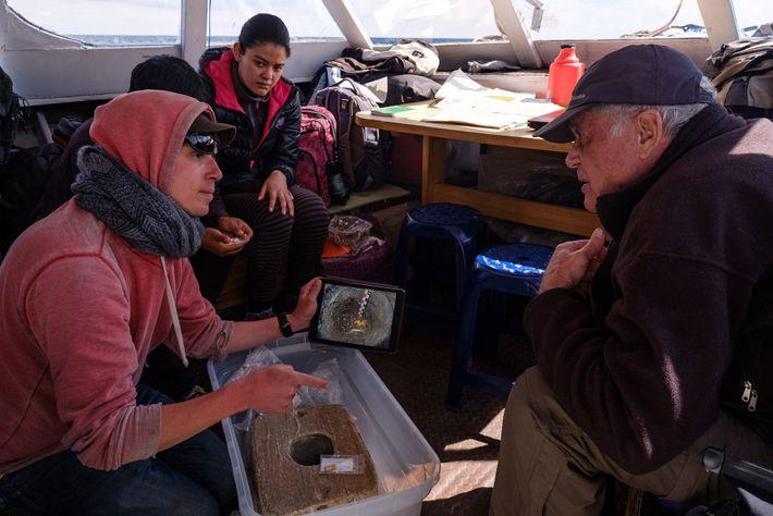A bordo de un barco de investigación en el lago Titicaca, el director del proyecto, Christophe Delaere ...