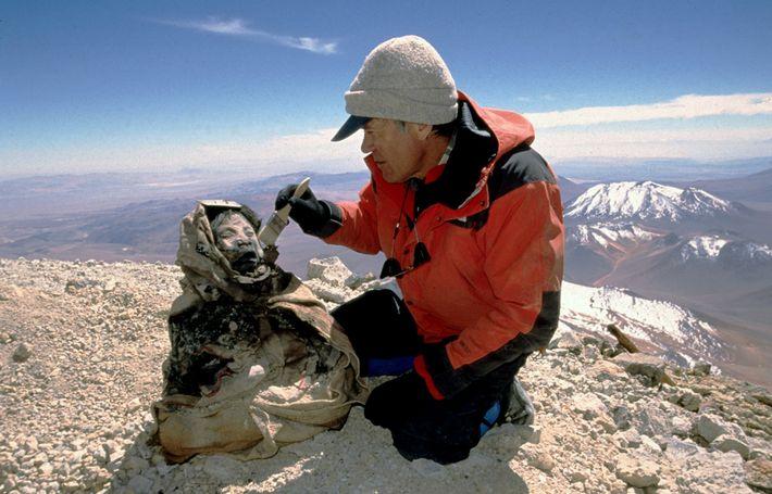 En 1999 y en lo alto de Argentina, el antropólogo Johan Reinhard descubre los restos congelados ...