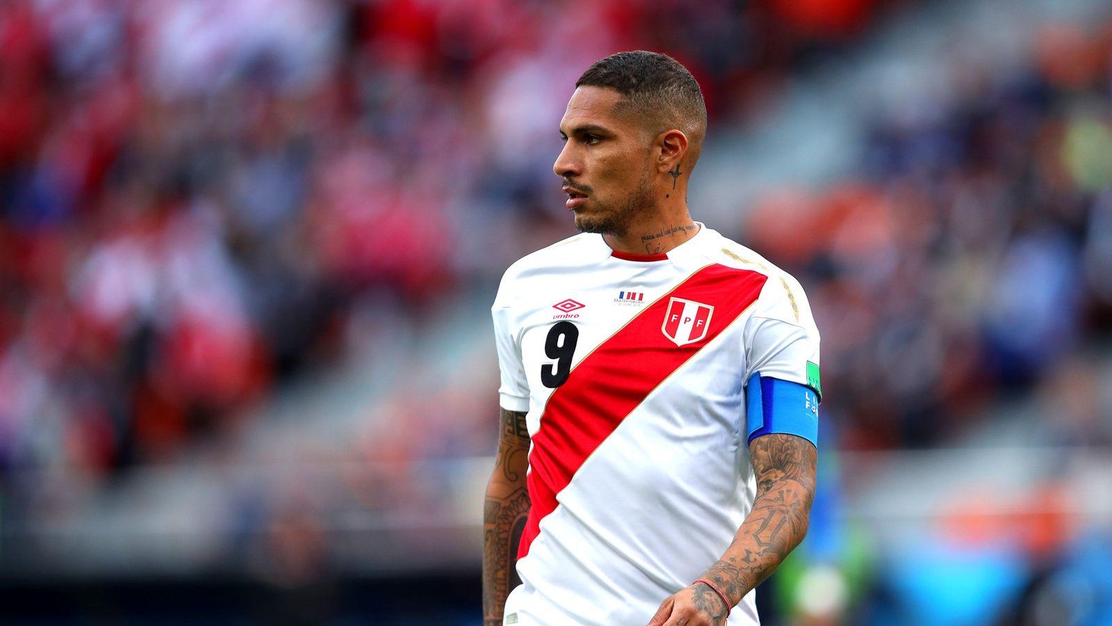 Paolo Guerrero en acción durante  el partido entre Francia y Perú disputado el 21 de ...