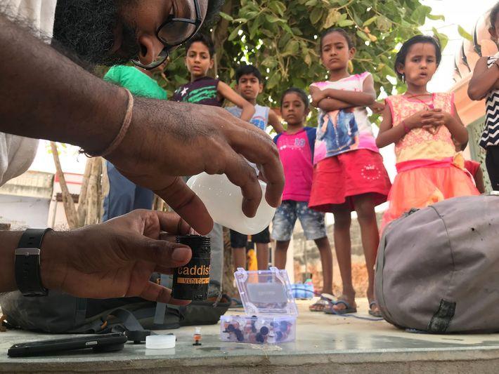 Siddharth Agarwal mide el nivel de fluoruro del agua de los pozos de la aldea en ...