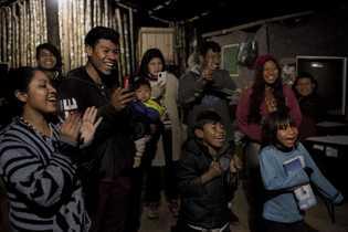 La comunidad celebra un cumpleaños en Guyra Pepó, una aldea en el interior donde 36 familias ...