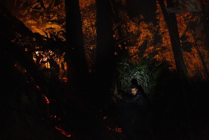 Thiago Karaí Kekupe, un joven cacique guaraní mbya, lucha contra un incendio que la comunidad sospecha ...