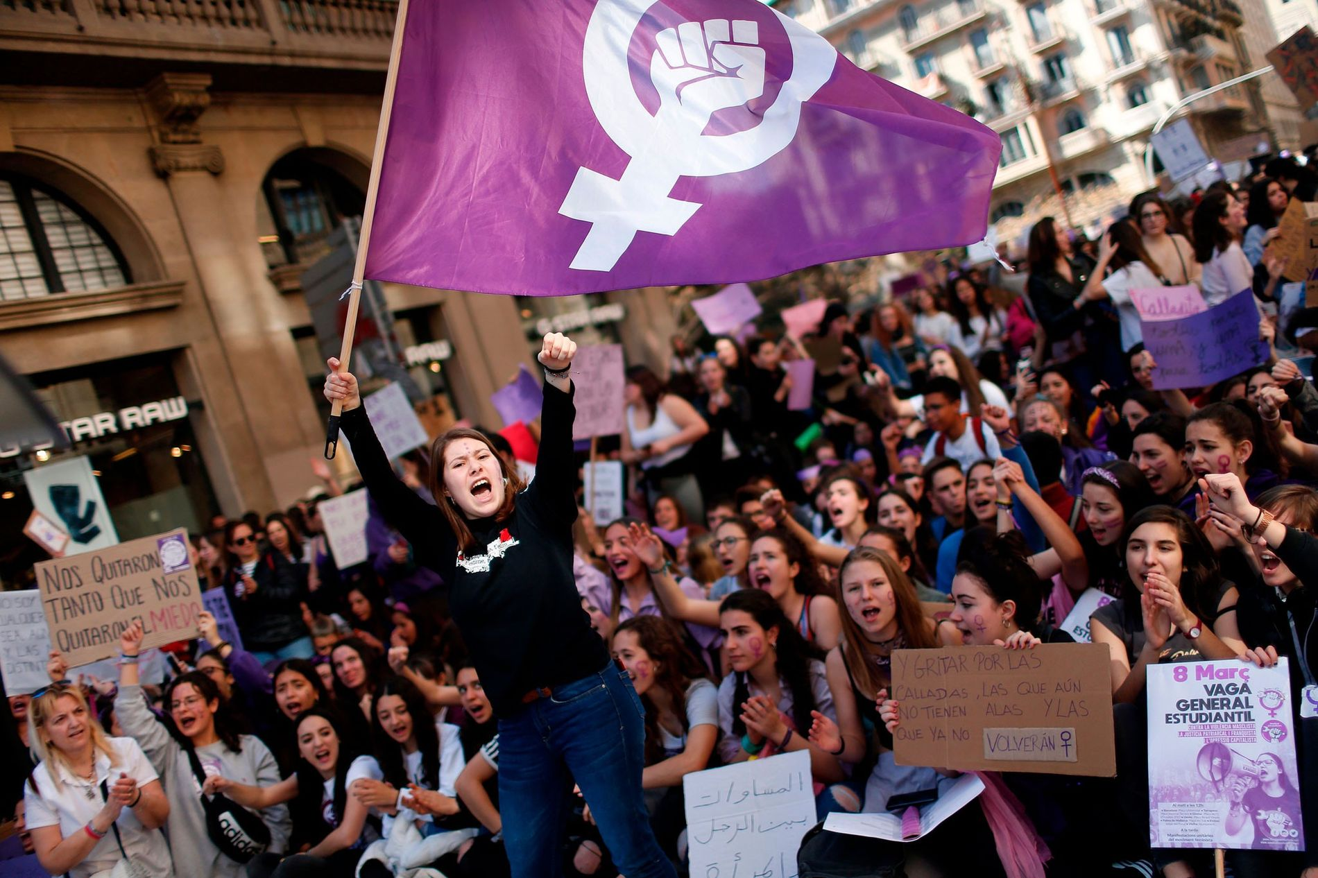 Mujeres de todo el mundo, como esta manifestante en Barcelona, salen a la calle para exigir ...